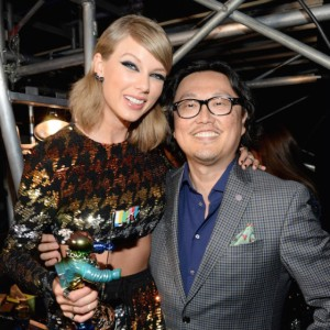 taylor-swift-joseph-kahn-2015-mtv-vmas-backstage-560x560